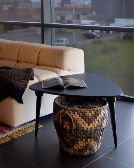 mesa auxiliar colección púa, sobre triangular y patas inclinadas