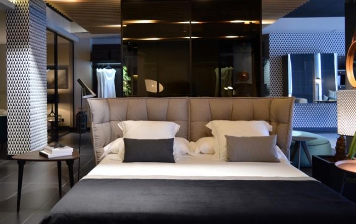 mesilla púa en acabado combinado negro y roble oscuro, en la función de mesilla de noche, con la cama Husk diseño de Patricia Urquiola.